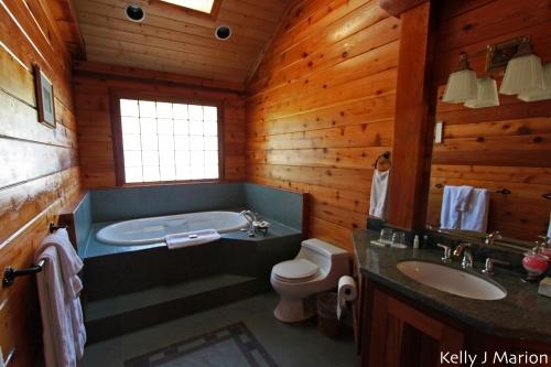 Rowena's Inn on the River bathroom