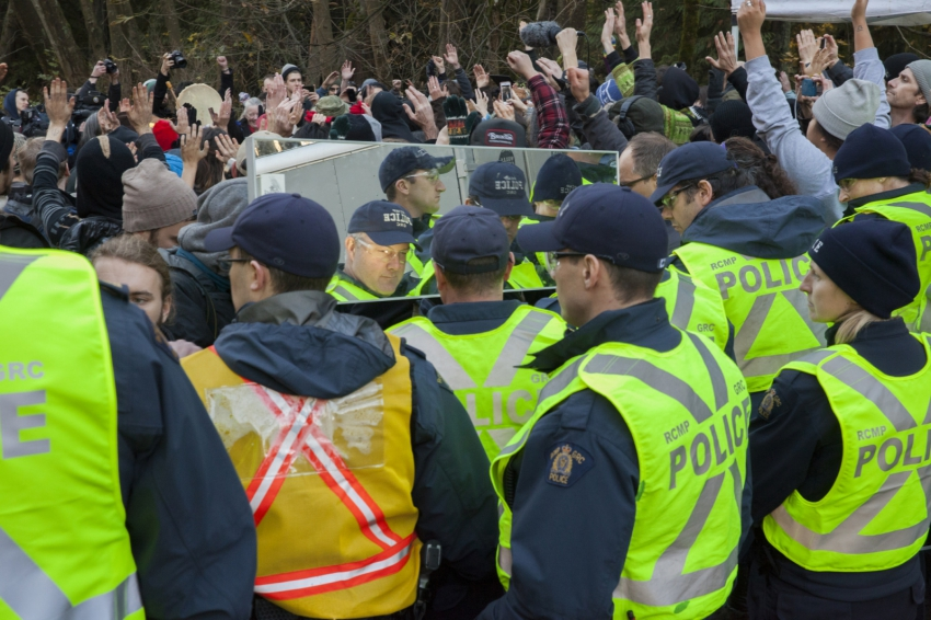Kinder Morgan protesters hold mirror up for RCMP